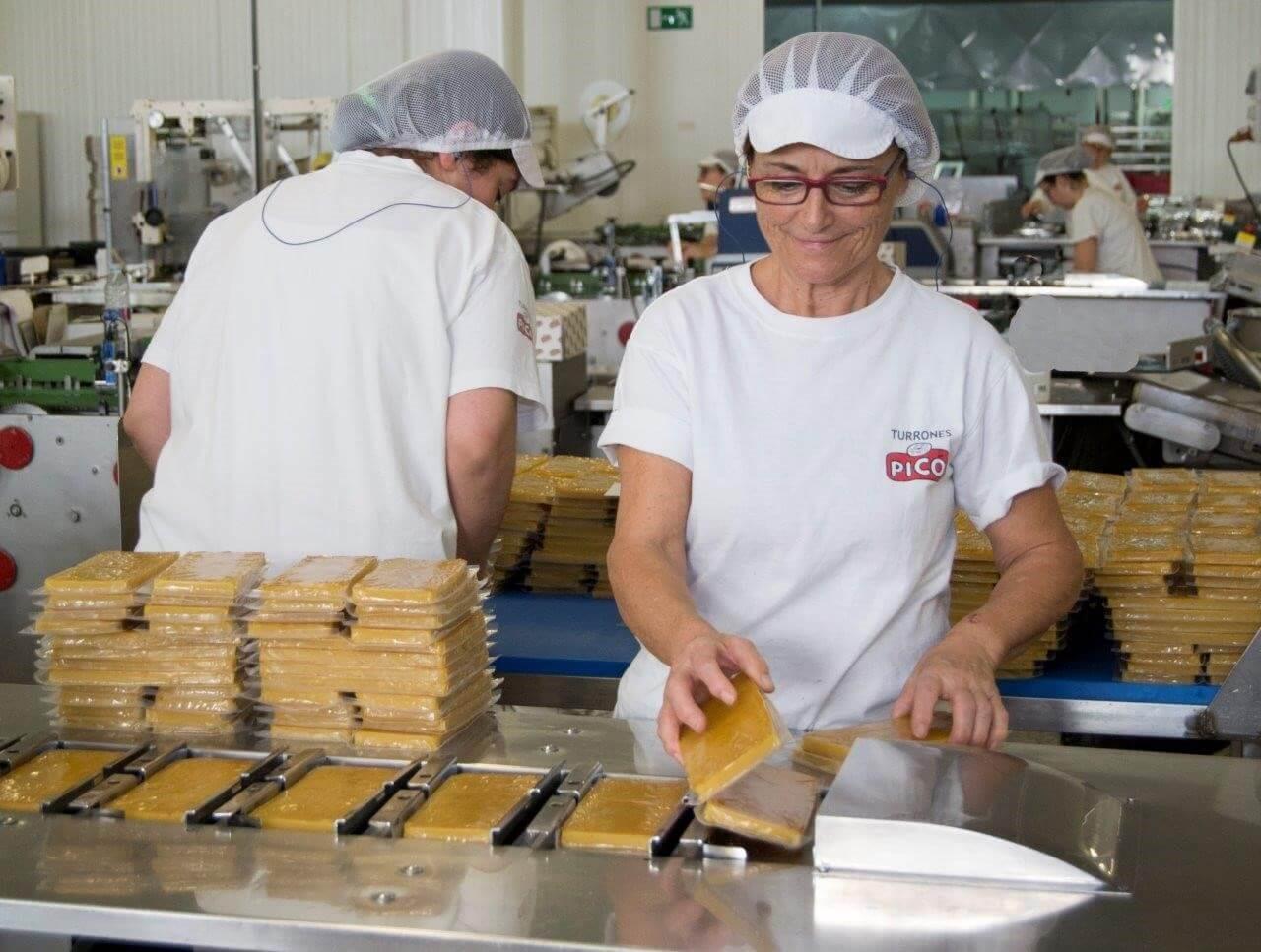 Mujer envasando turrón de yema de Turrones Picó Jijona